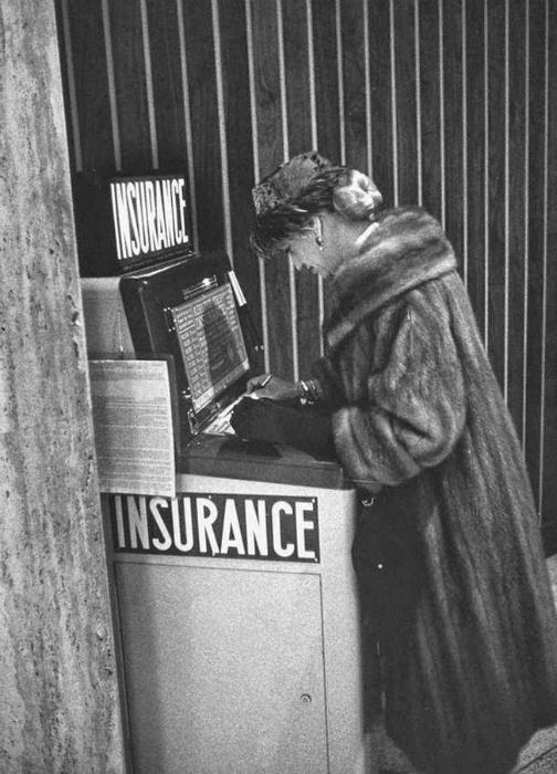 Автомат, продающий страховку в аэропорту Ньюарка, США.