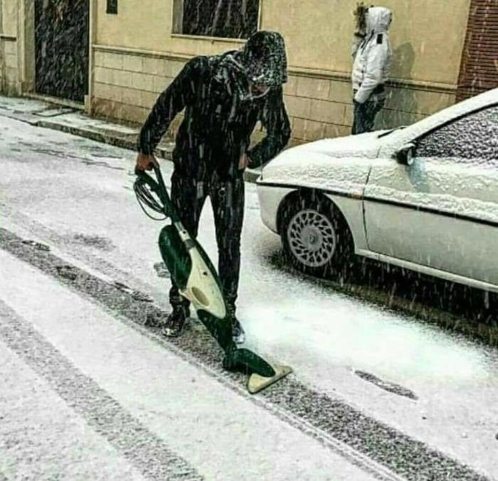 Пилососить сніг.