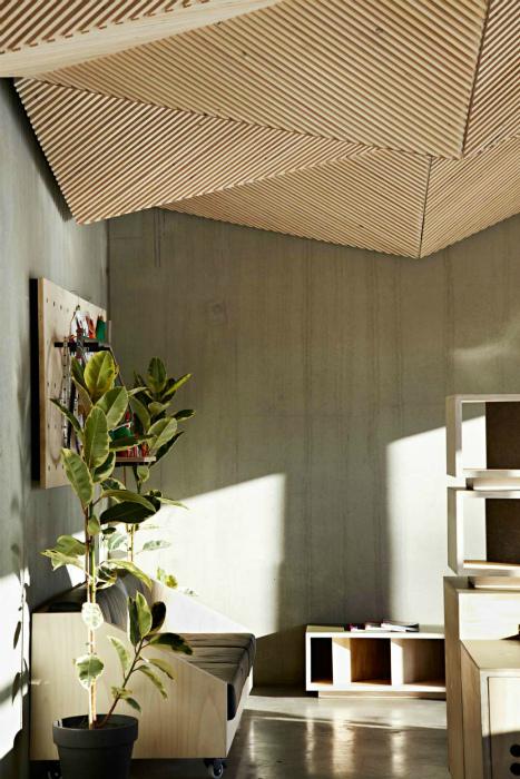 Подвесной потолок в геометрическом стиле.