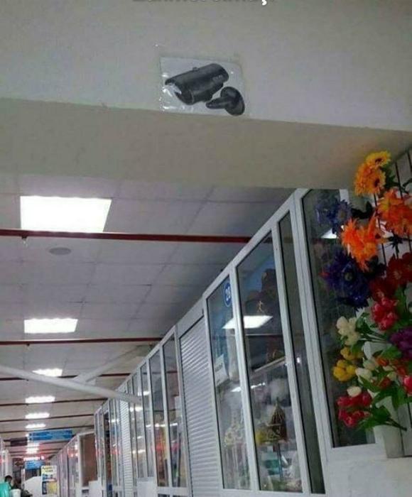 Камера видеонаблюдения распечатана и приклеена. | Фото: Trendsmap.