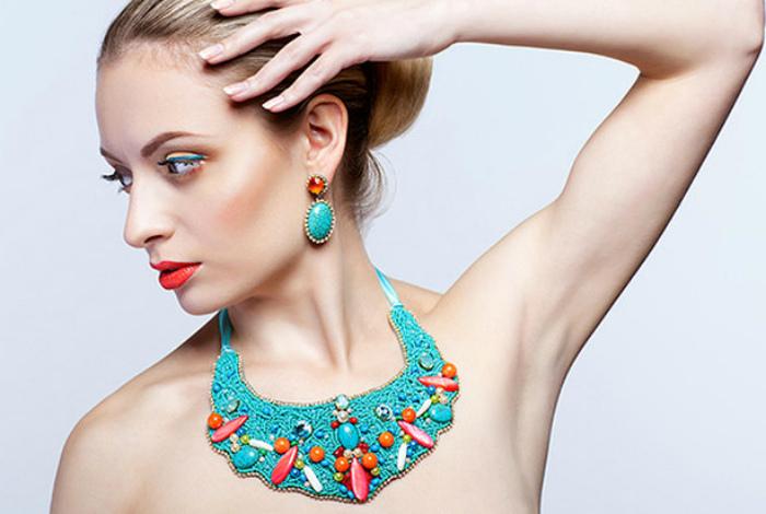 Бижутерия и массивные украшения. | Фото: Cosmopolitan.