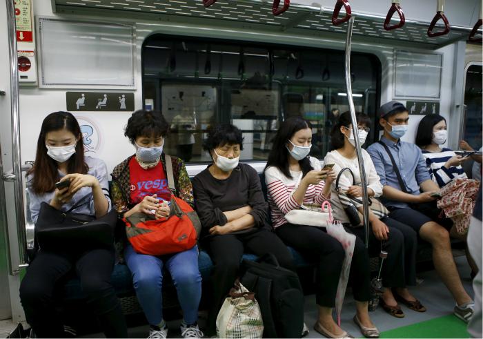 Люди в масках. | Фото: Time Magazine.