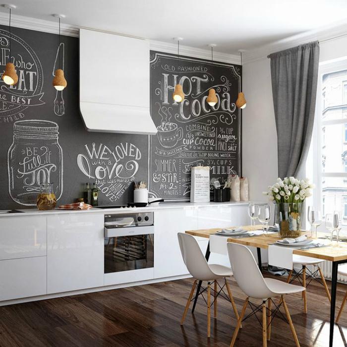 Светлая кухня с грифельной стеной.
