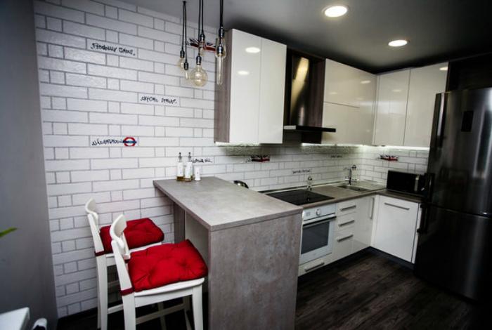 Барная стойка для зонирования кухни. | Фото: Недвижимость - TUT.by.