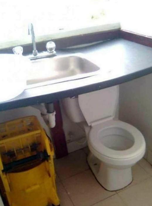 Абсурдное размещение туалета.