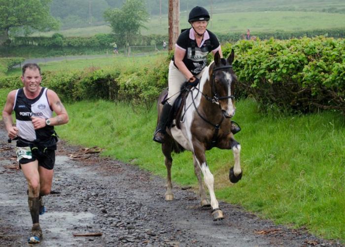 Наперегонки с лошадью. | Фото: Фишки.