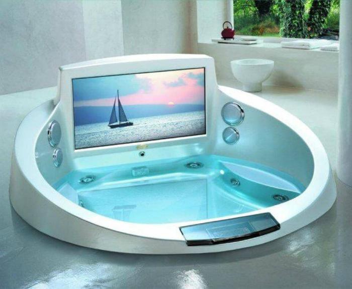Компактная ванна-джакузи с гидромассажем и встроенным экранов.