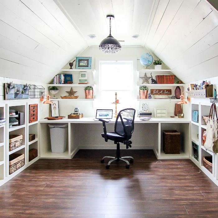 Просторный офис на балконе.