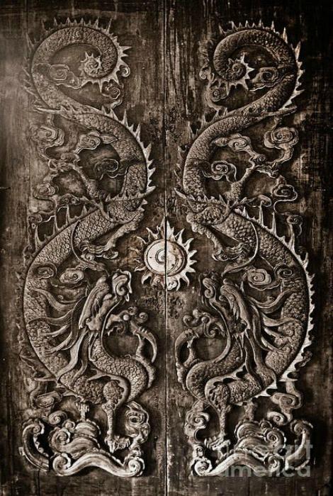 Потрясающие деревянные двери, которым уже больше, чем 200 лет.