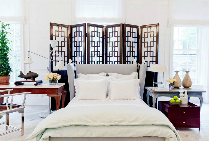 Красивая деревянная ширма в изголовье кровати.