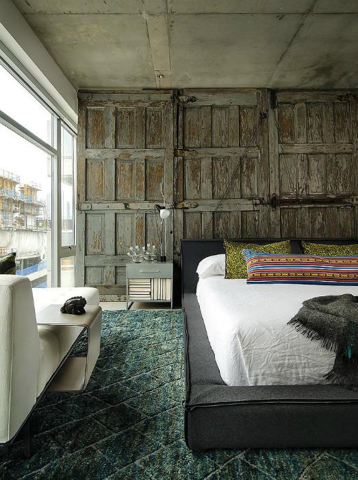 Спальня с панорамным окном в стиле эклетики.