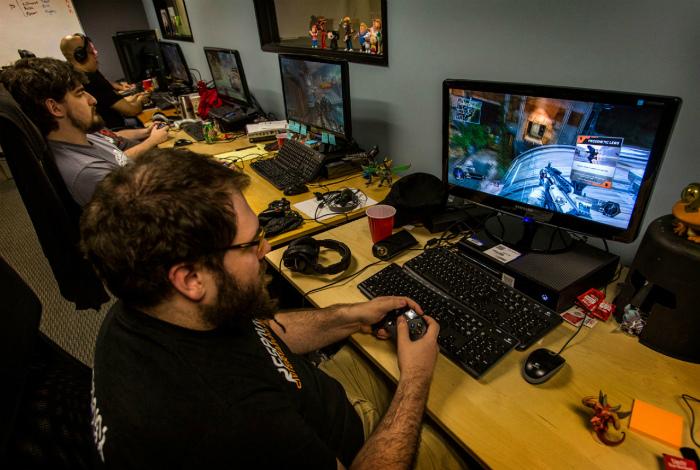 Работа - играть в компьютерные игры.