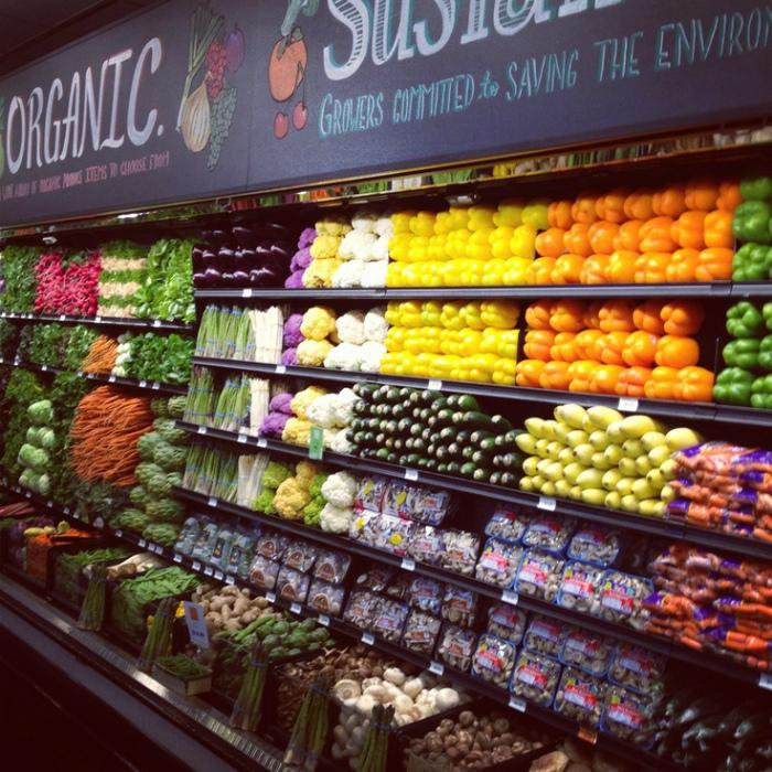 Доступные фрукты и овощи.