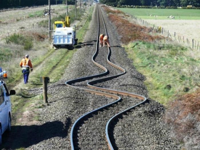 Железнодорожные рельсы в Новой Зеландии, поврежденные землетрясением.