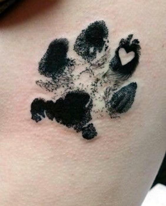 Татуировка с изображением отпечатка лапы.
