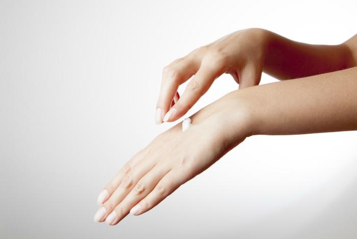 Наносить крем для рук на лицо. | Фото: Rejuvage.