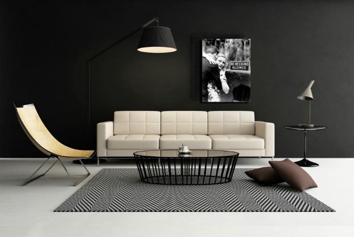 Гостиная с черными стенами и белым полом.