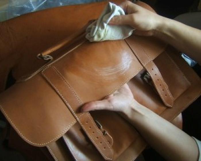 Чистка сумки из натуральной кожи.