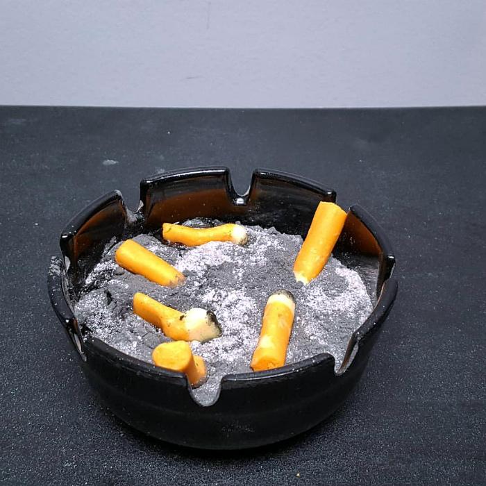 Сладкая пепельница с окурками.