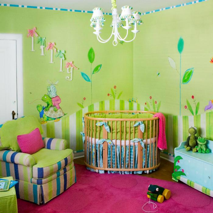 Комната, оформленная в ярких тонах с множеством игрушек и круглой кроваткой для малыша.
