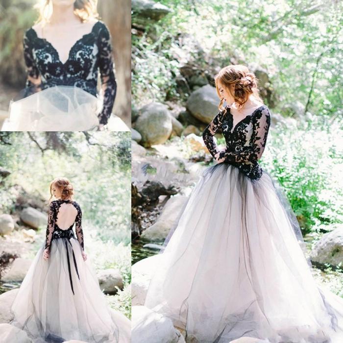 Свадебное платье со светлой юбкой и черным корсетом.