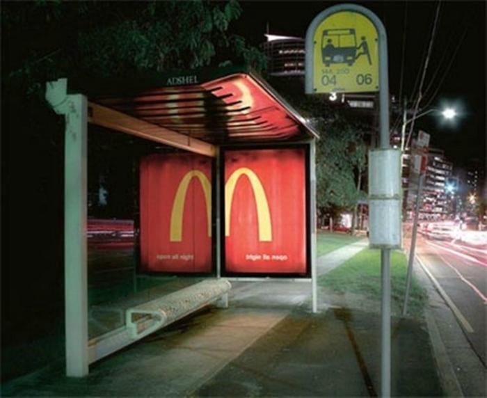 Остановка общественного транспорта с зеркальной стеной от сети ресторанов быстрого питания McDonald's.