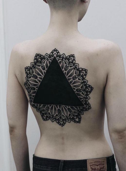 Мандала в стиле Орнаментал с черным треугольником по центру.