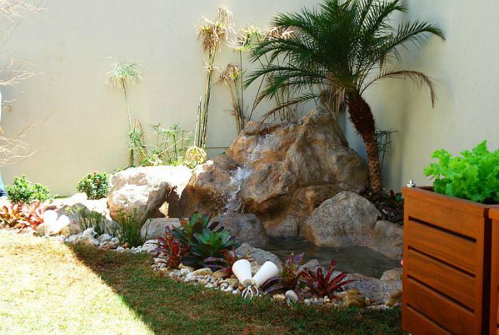 Декоративный пруд, украшенный камнями.