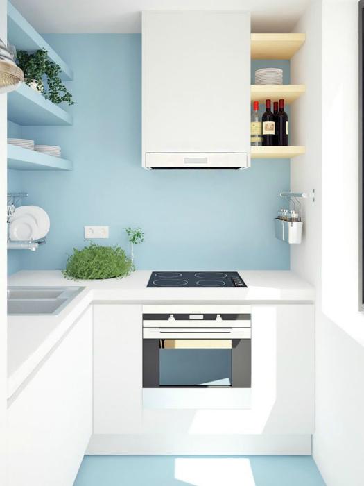 Маленькая кухня в пастельных тонах.