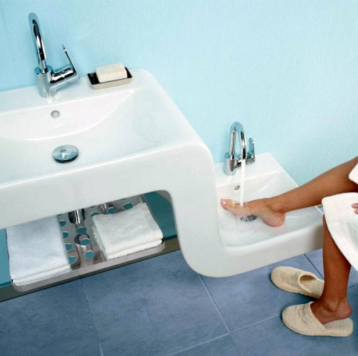 Умывальник, совмещенный с ванночкой для ног.