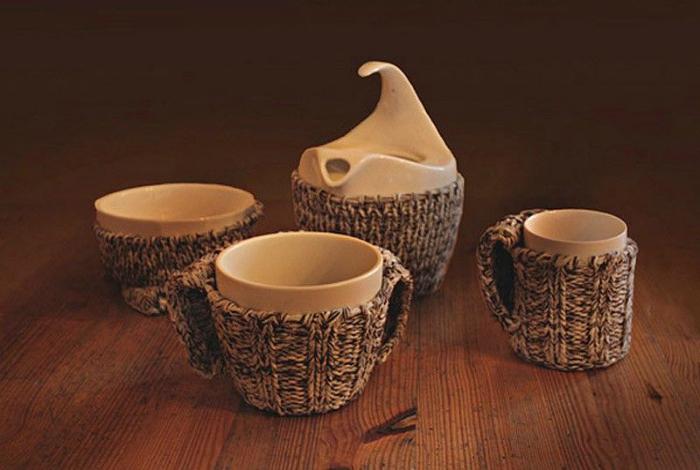 Вязаные чехлы для чашек и заварника, которые надолго сохранят тепло напитков и не дадут обжечься.