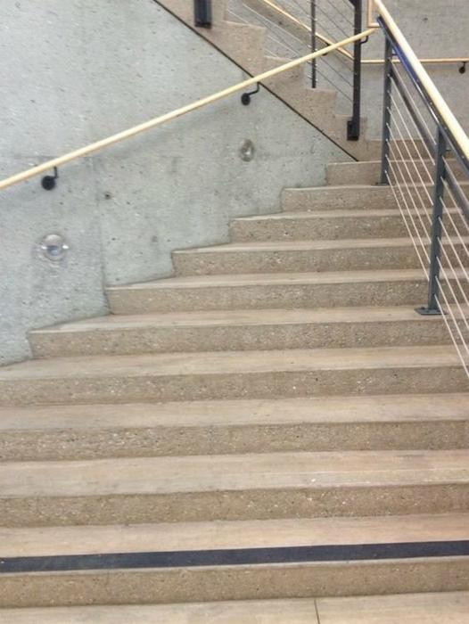 Очень сложная конструкция лестницы.