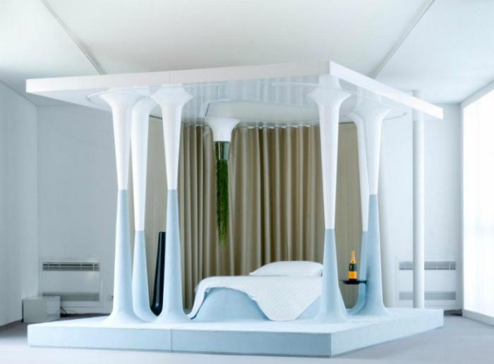 Массивная кровать с колонами.