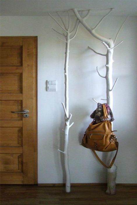 Напольные вешалки в виде стволов деревьев.