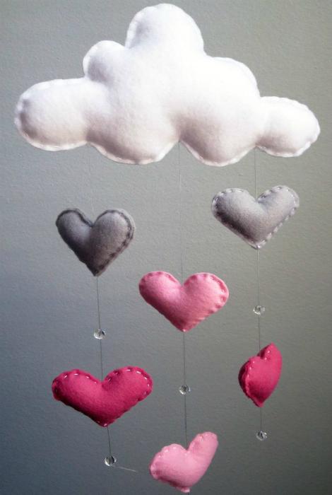 Объемная дождевая тучка из ткани, ниток и бусин, которой можно украсить стены детской.