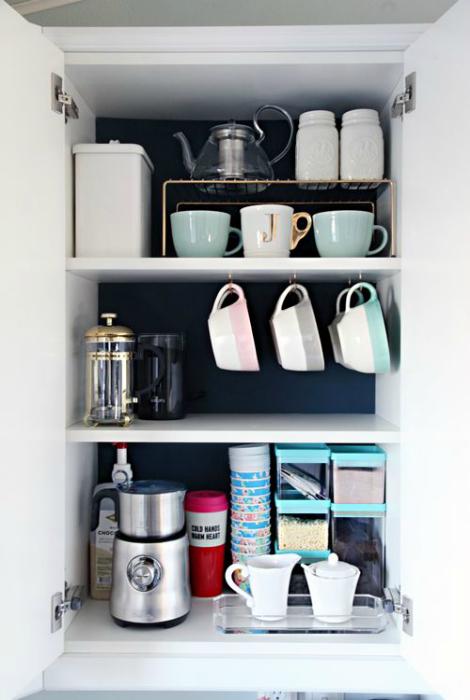 Шкафчик с кофе и аксессуарами.