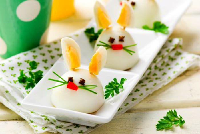 Зайчики из яиц, сваренных вкрутую.
