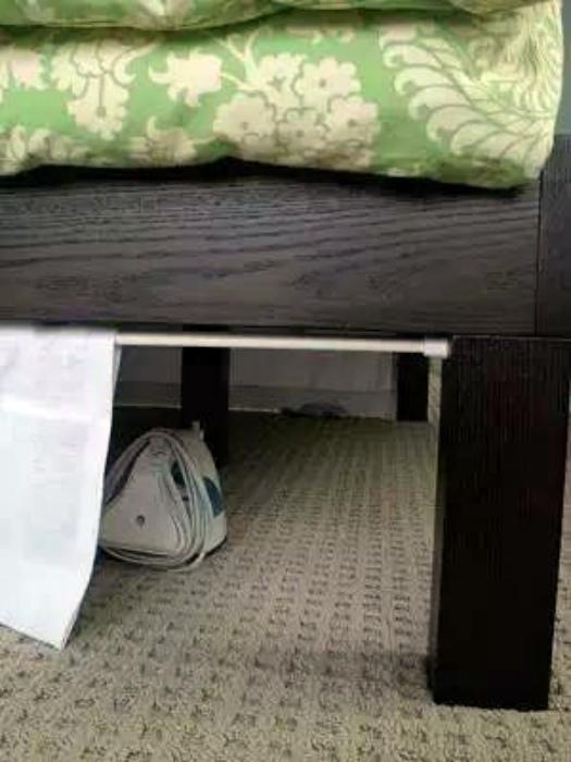 Шторки под кроватью.