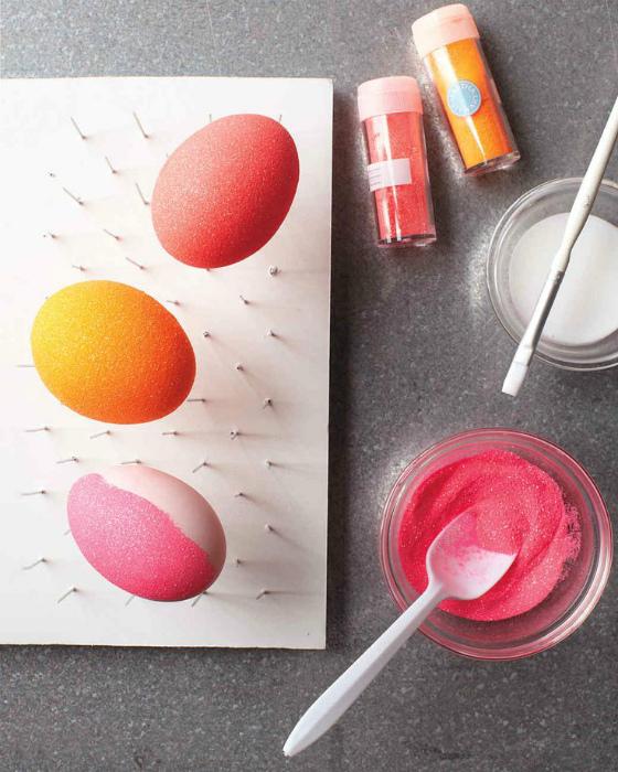 Яйца, украшенные блестками.