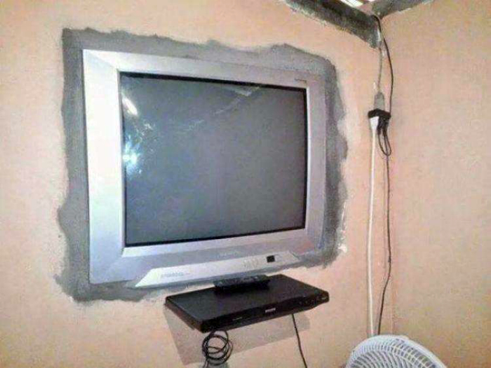 Встроенный телевизор.