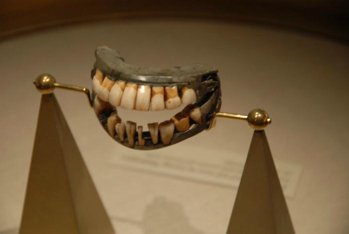 Вставные зубы Джорджа Вашингтона, хранящиеся в Маунт-Вернон.