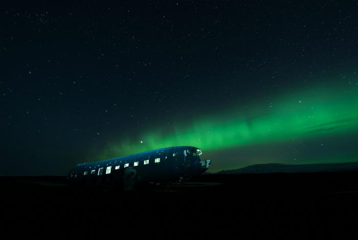 Полуразрушенный фюзеляж американского самолета, который еще 42 года назад совершил вынужденную посадку на ледниковой равнине в Исландии.