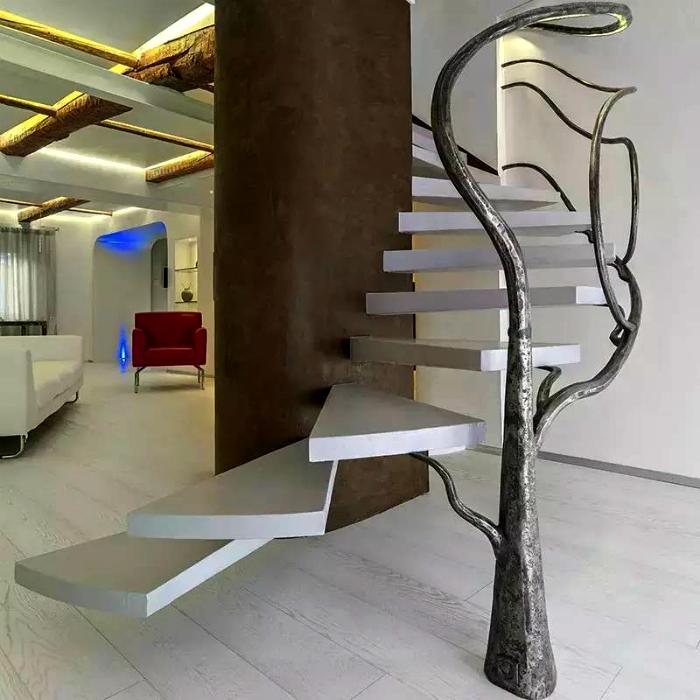 Лестница с перилами в виде дерева.