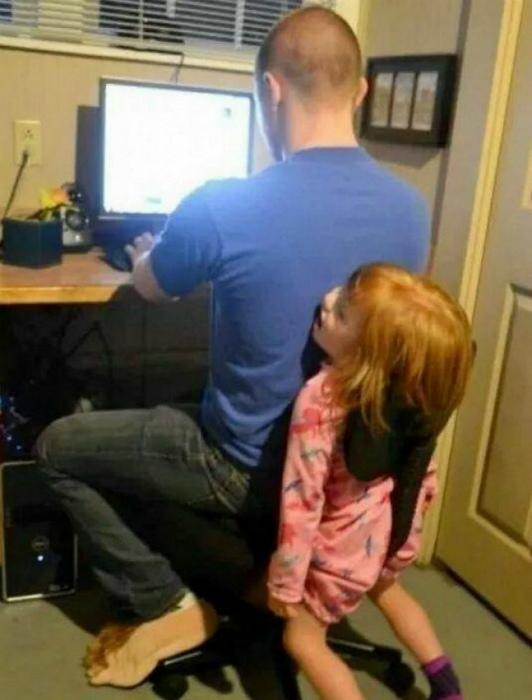 Оградил ребенка от компьютера.