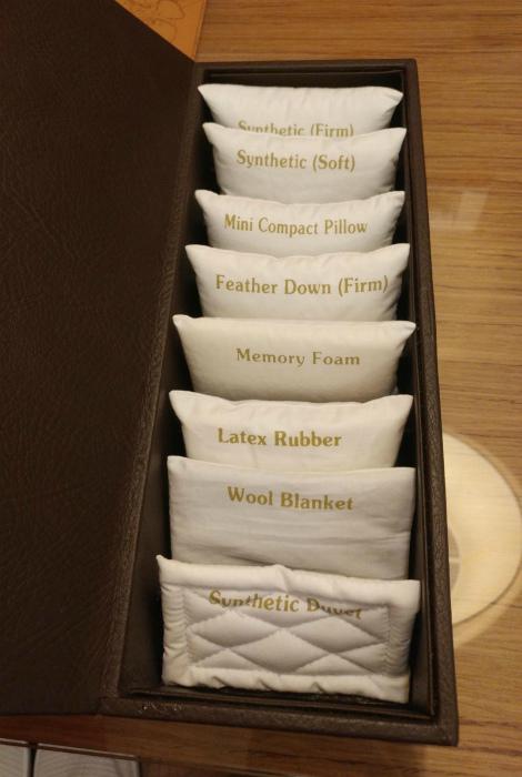 Выбор подушек в гостиничном номере. | Фото: Lantoa.net.