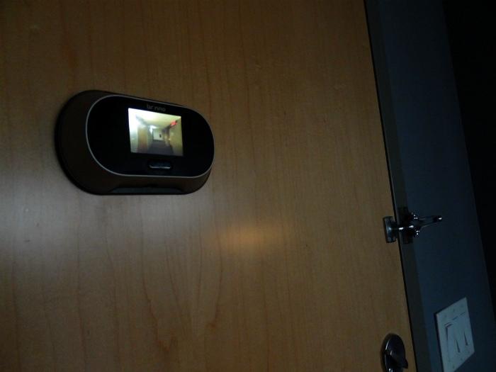 Дверь с видеоглазком.