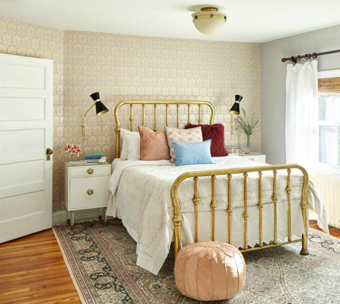 Уютная спальня в светлых тонах.