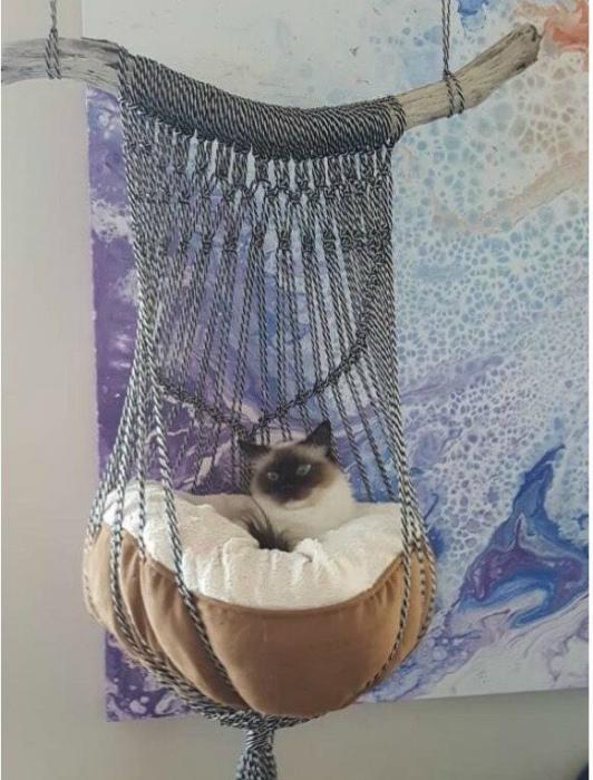 Подвесная плетеная лежанка. | Фото: Pinterest.
