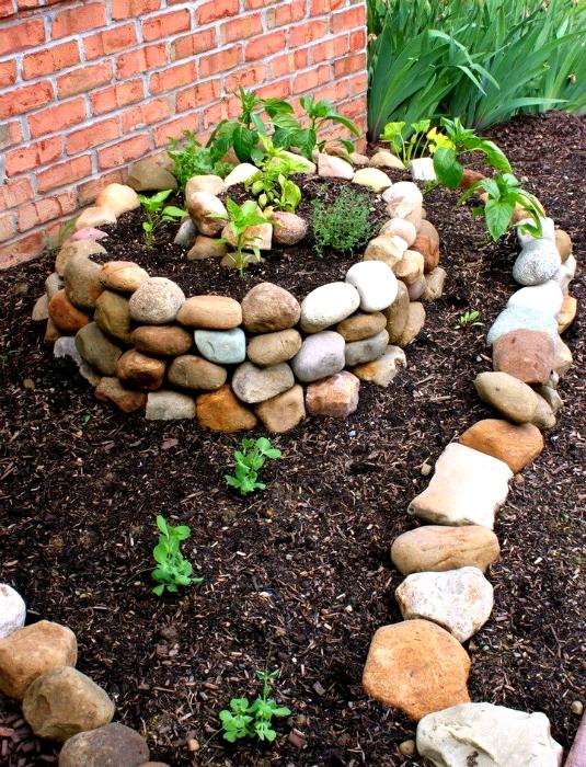 Декор сада камнями.