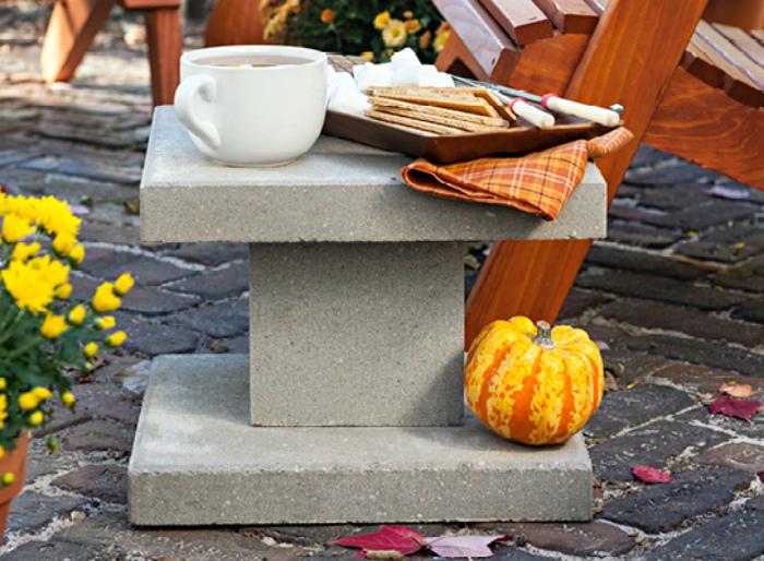 Мини-столик из бетонных блоков.